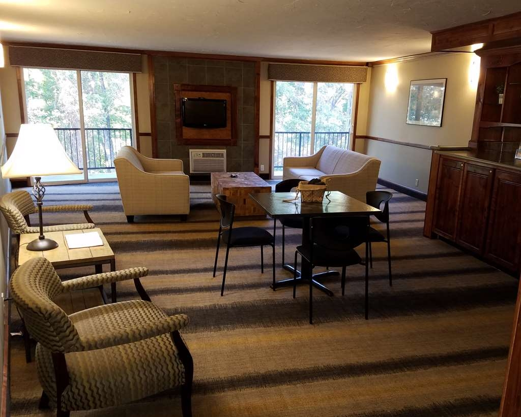 Best Western Branson Inn and Conference Center - Enjoy some family time in our spacious commons area.