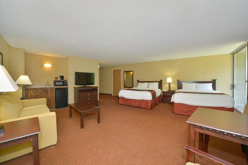 Best Western Branson Inn and Conference Center - Make yourself at home in our Family Suite