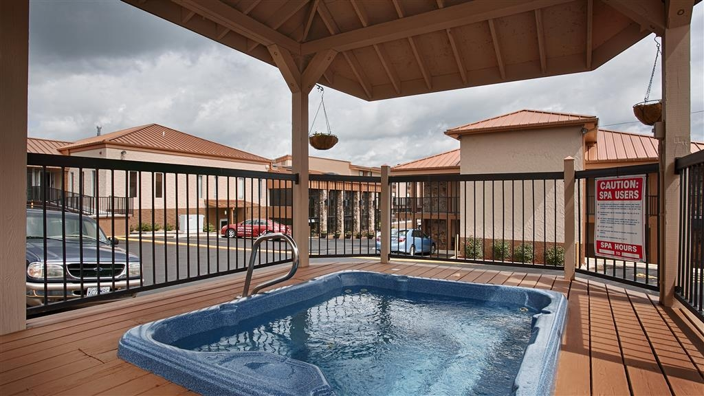 Best Western Center Pointe Inn - Bañera de hidromasaje al aire libre