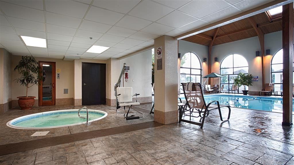 Best Western Music Capital Inn - Relax in our indoor hot tub after a long day of traveling.