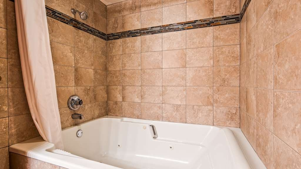 Best Western Music Capital Inn - Soak the night away in our large tub.