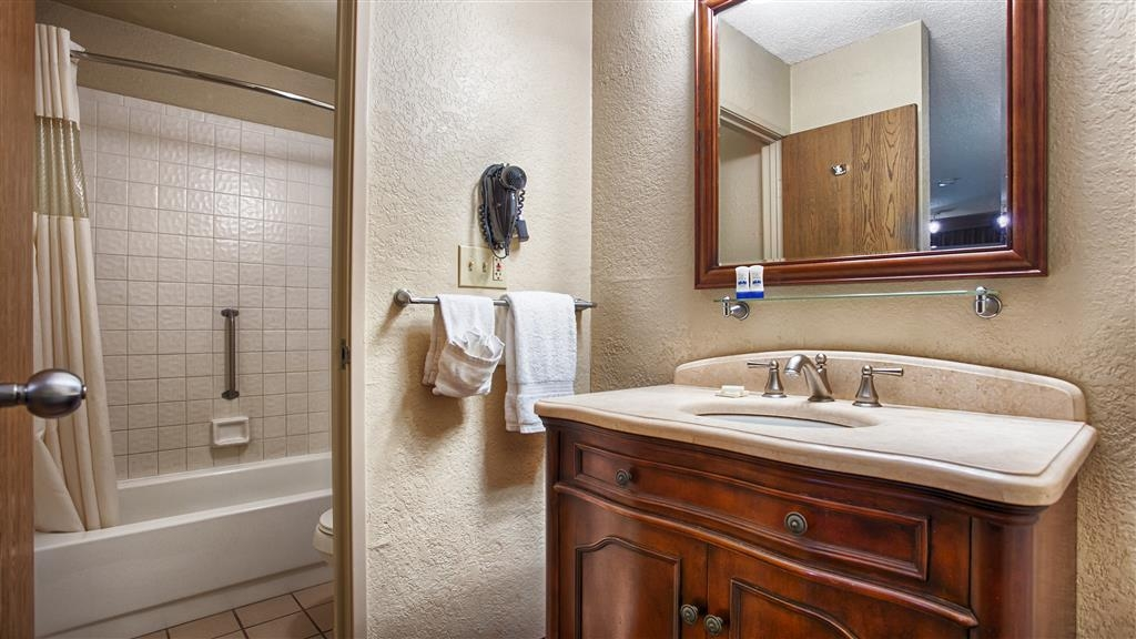 Best Western The Oasis at Joplin - Enjoy getting ready in our guest bathrooms