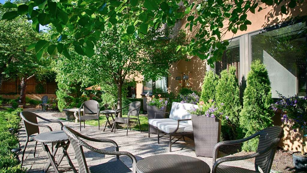 Best Western Plus Seville Plaza Hotel - Enjoy a relaxing afternoon or chat with friends on our outdoor patio.