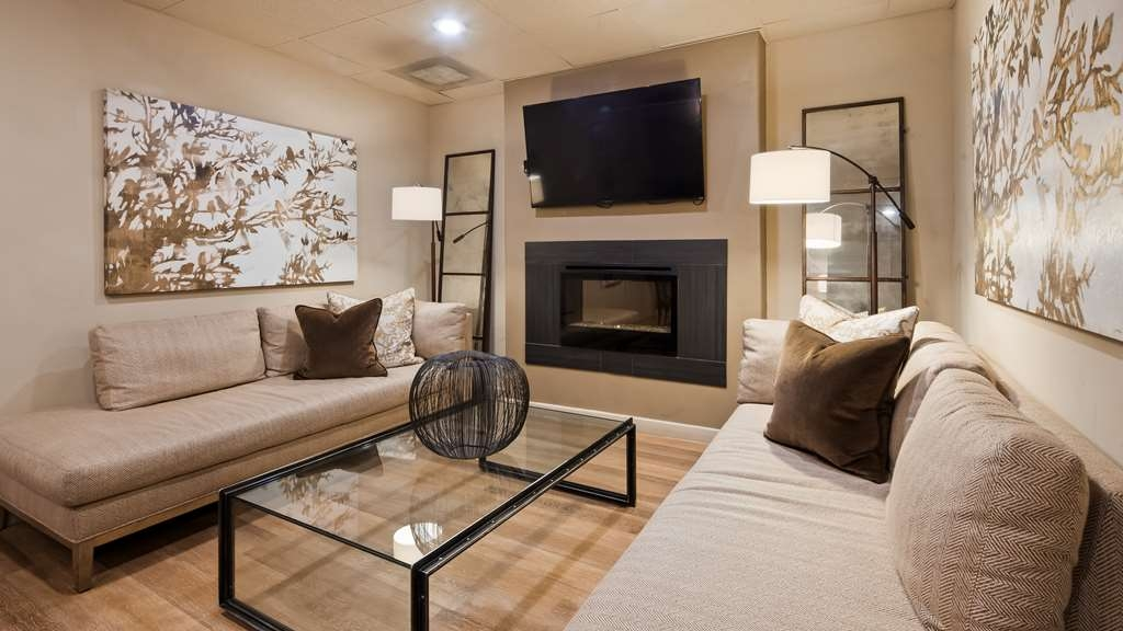 Best Western Plus Seville Plaza Hotel - Stay warm by the fireplace or settle into one of the comfortable chairs.