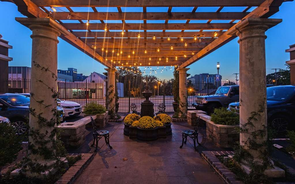 Best Western Plus Seville Plaza Hotel - Our outdoor patio is perfect for outdoor relaxation.