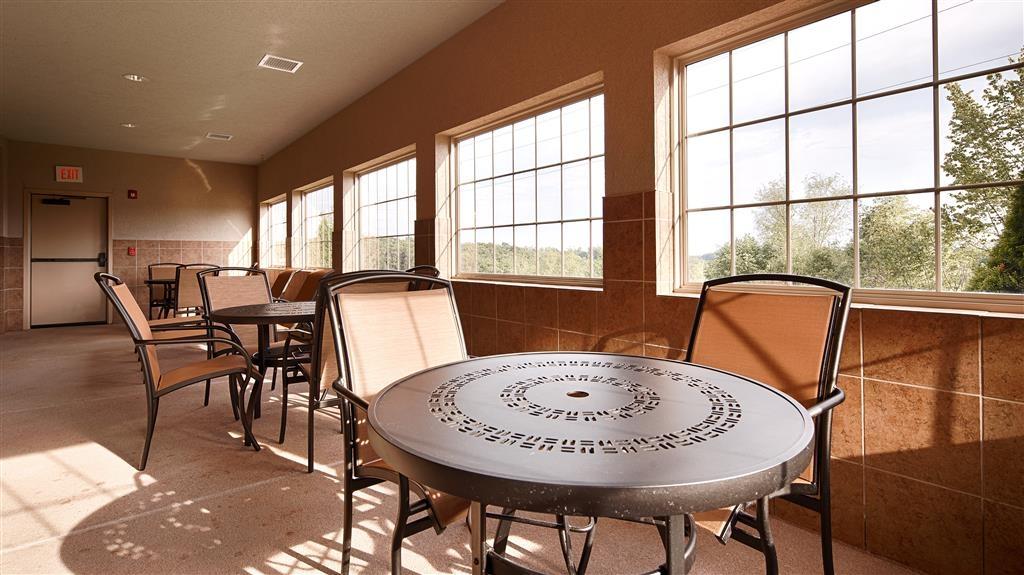 Best Western Plus Capital Inn - Ganz gleich, ob Sie sich am Pool entspannen oder eine Runde schwimmen möchten, unser Hallenbadbereich bietet perfekte Erholung.