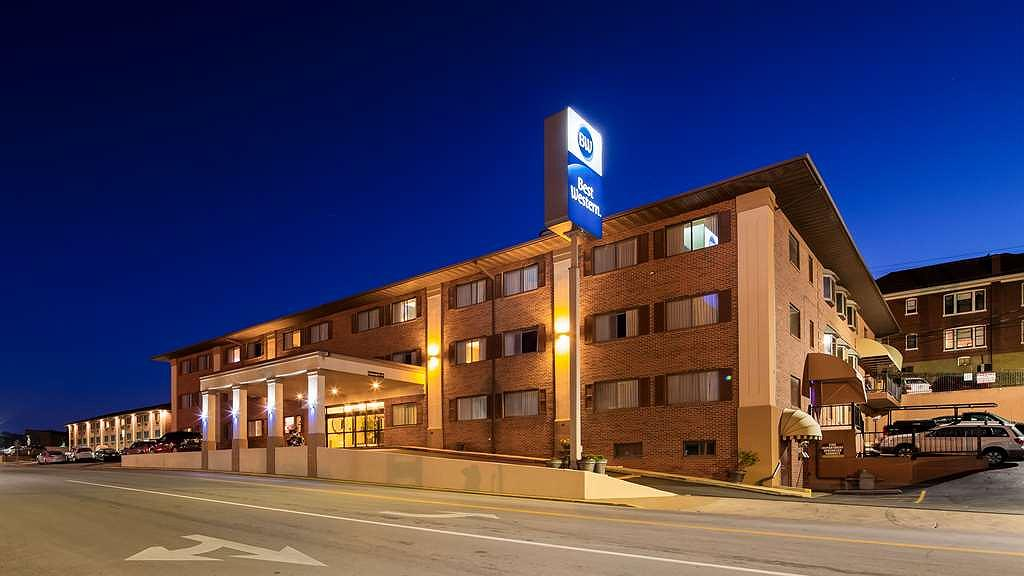Best Western On the River - Welcome to the Best Western On the River where we focus on the details to make you feel at home. The Main Building where guest check in for their stay.