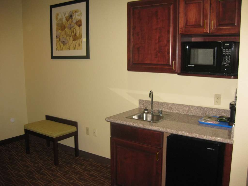 Best Western Plus Springfield Airport Inn - Our king suite was designed with an open concept, ensuring you have enough room without sacrificing comfort.