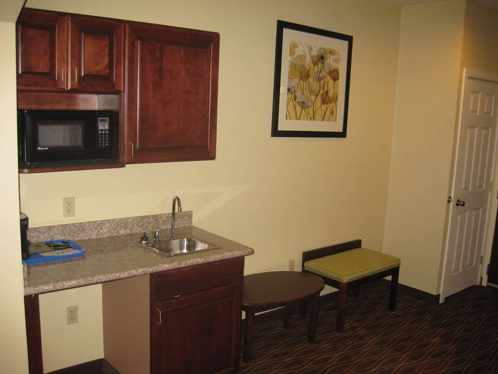Best Western Plus Springfield Airport Inn - Experience a romantic getaway in our whirlpool suite, designed for your relaxation and comfort.