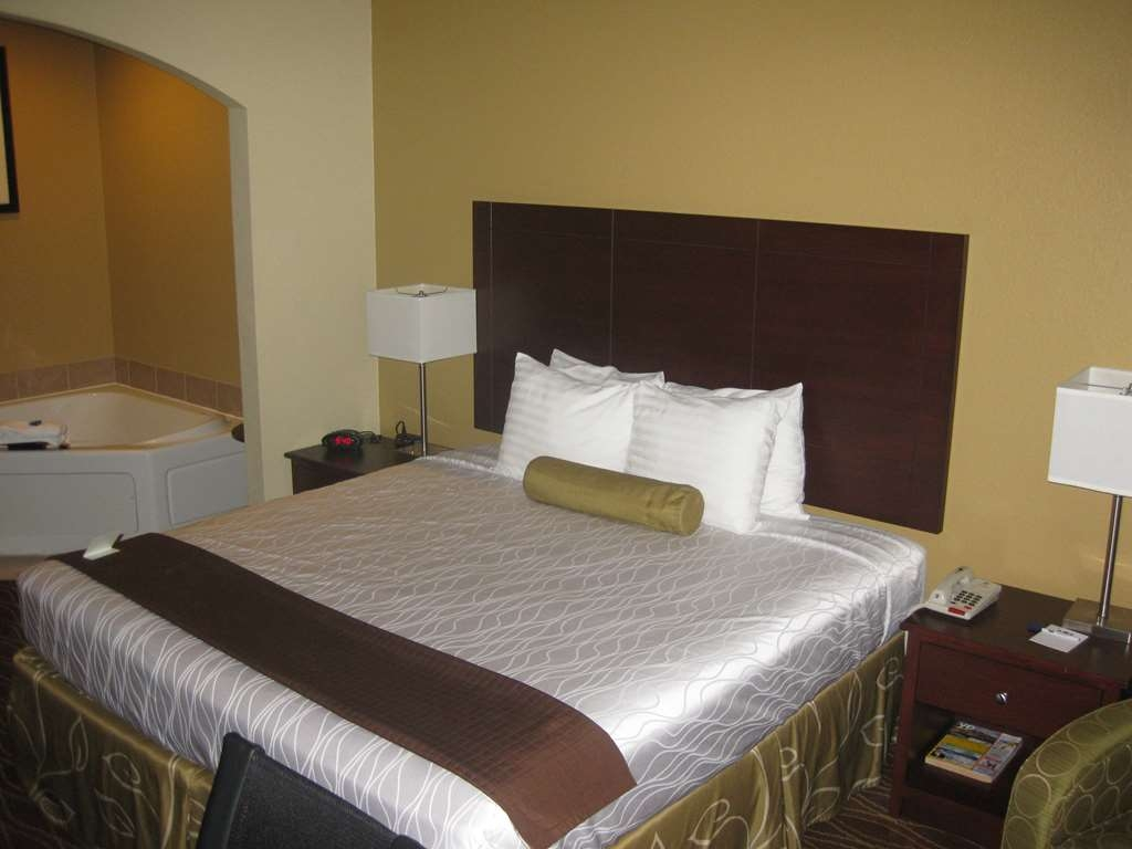 Best Western Plus Springfield Airport Inn - Are you seeking pure, complete and total relaxation? Then make a reservation in our whirlpool suite.