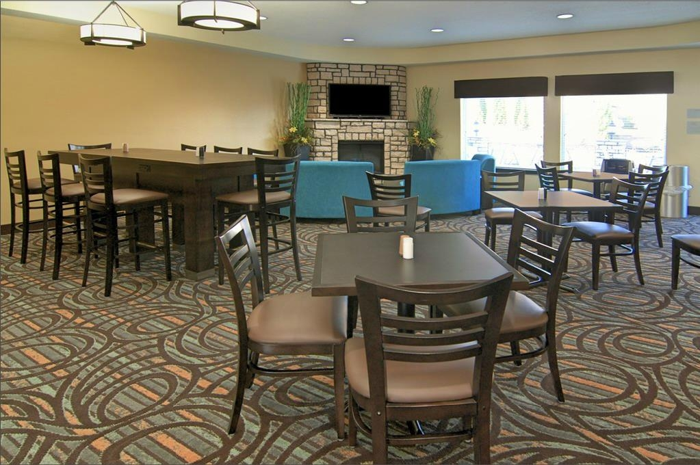 Best Western Plus Washington Hotel - Choose from a wide selection of seating to enjoy your morning meal.