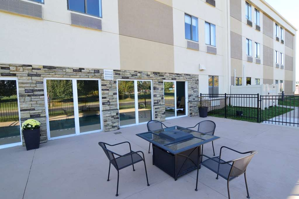 Best Western Plus Lee's Summit Hotel & Suites - Soak up the sun on our outdoor Patio Area
