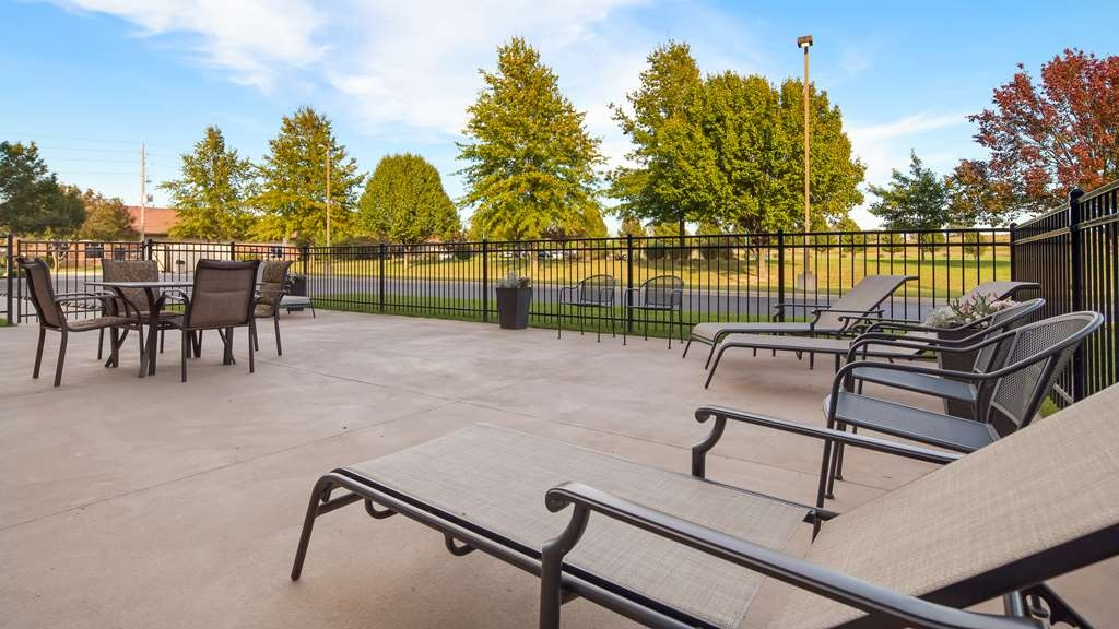 Best Western Plus Lee's Summit Hotel & Suites - Soak up some sun at the outdoor patio.