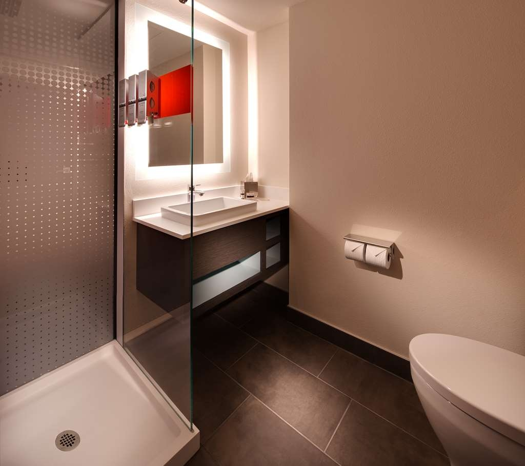 Vib Best Western Springfield - Upgraded showerheads are just some of our new enhancements in our new guest bathrooms.