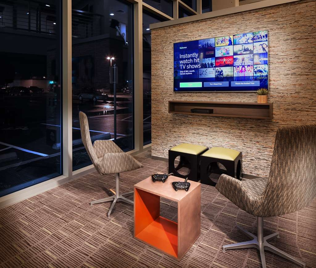 Vib Best Western Springfield - Play to win in our modern game zone decked out with a monitor, chairs and gaming pads.