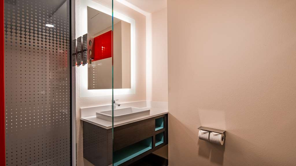 Vib Best Western Springfield - Our mobility accessible bathroom features a roll-in-shower for easy access.