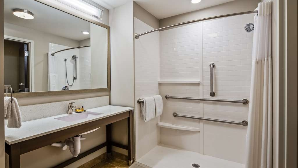 Best Western Plus Bolivar Hotel & Suites - Mobility Accessible King Suite Bathroom with Roll-in Shower