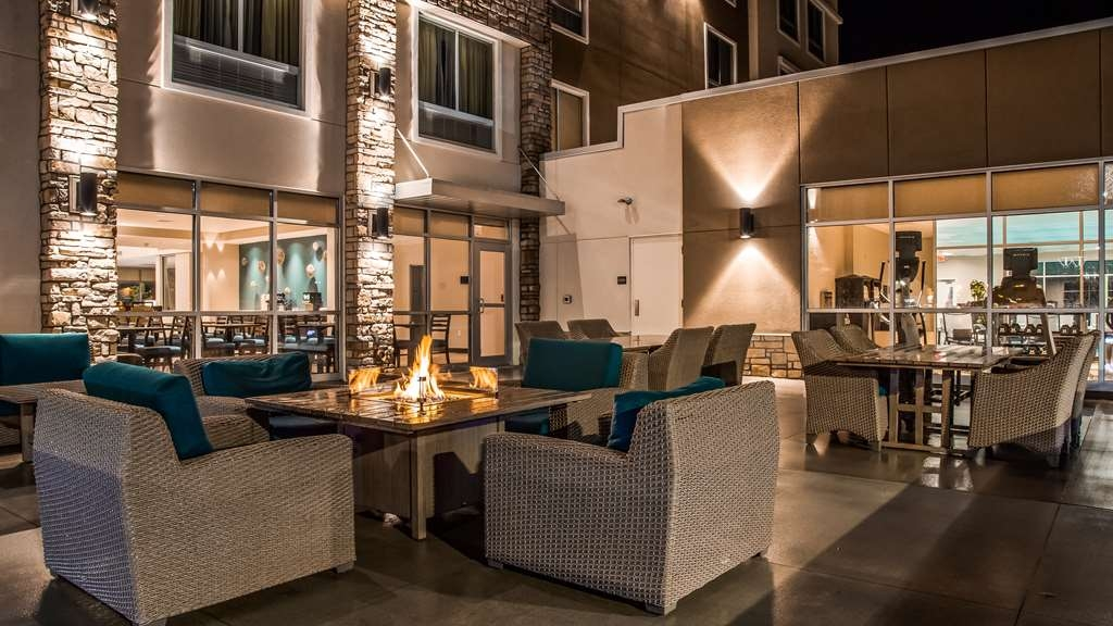 Best Western Plus Bolivar Hotel & Suites - Patio Area with Firepit