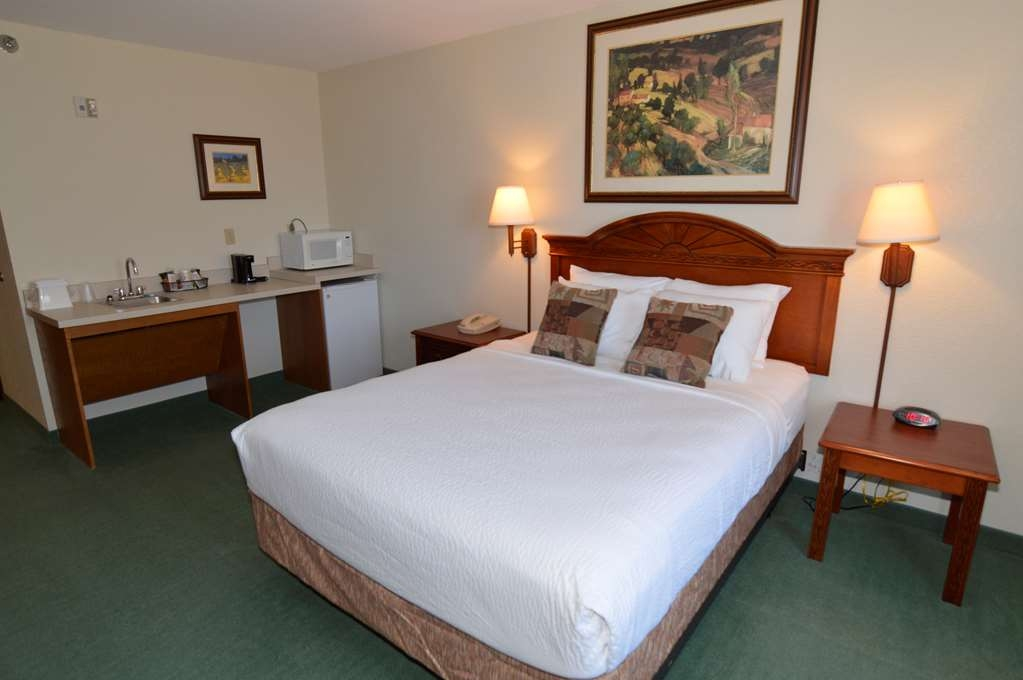 Crown Pointe Lodge, BW Signature Collection - Mobility Accessible Queen Guest Room and Amenities