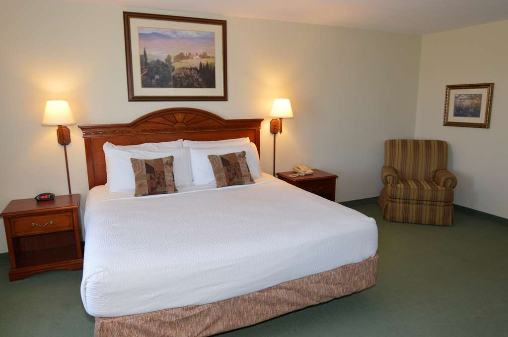 Crown Pointe Lodge, BW Signature Collection - Sink into our comfortable beds each night and wake up feeling completely refreshed.
