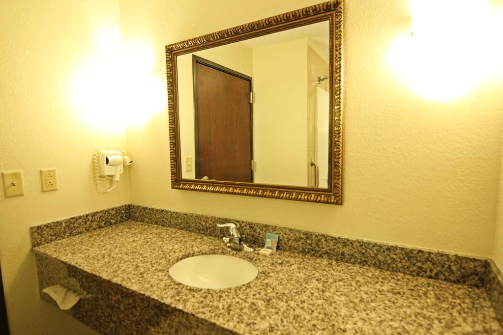 Crown Pointe Lodge, BW Signature Collection - Spacious Bathroom Vanity