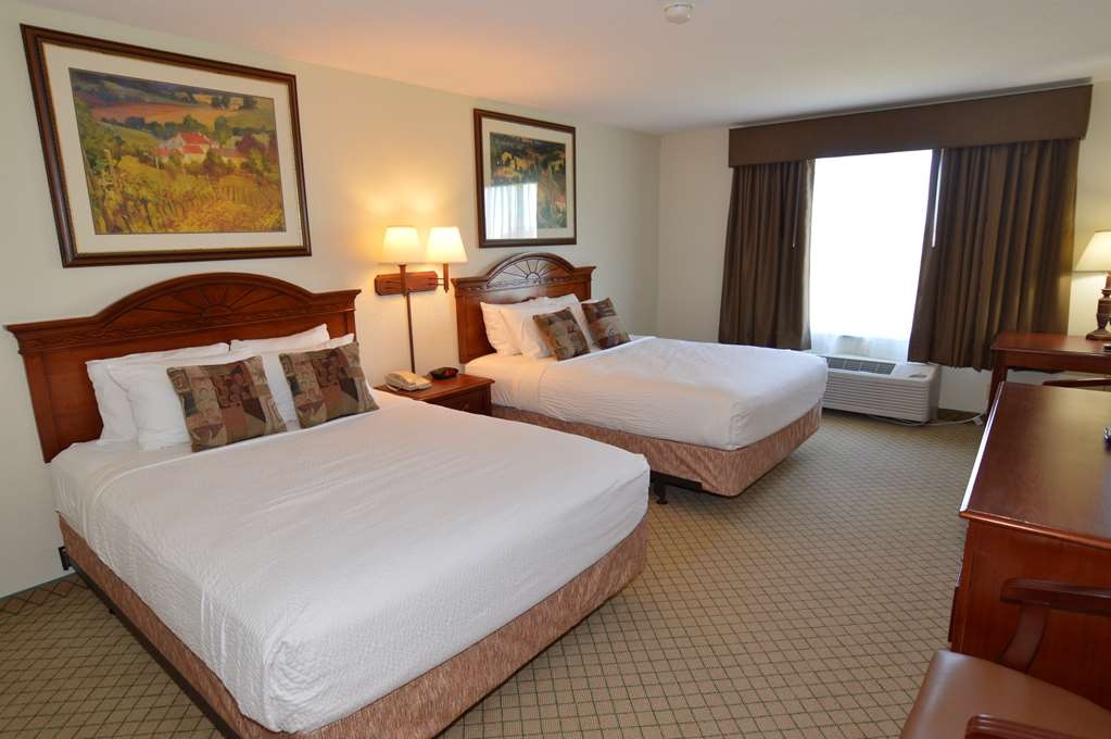 Crown Pointe Lodge, BW Signature Collection - Our standard Double Queen Room offers the comforts of home with a few added amenities that will make your stay extra special.