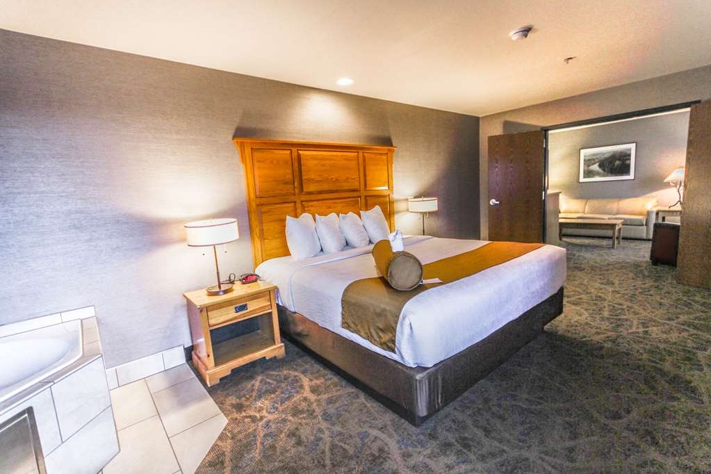 Best Western Plus GranTree Inn - Relax in our King Bed Suite with mountain views! Newly renovated to ensure your stay is best in class. Amenities include Sofabed, Whirlpool, Non-Smoking, Separate Living Area, High Speed Internet Access, Microwave And Refrigerator.
