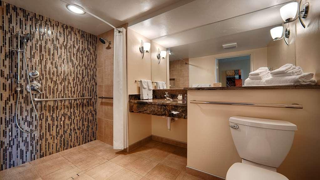 Best Western Plus Butte Plaza Inn - Guest Bathroom