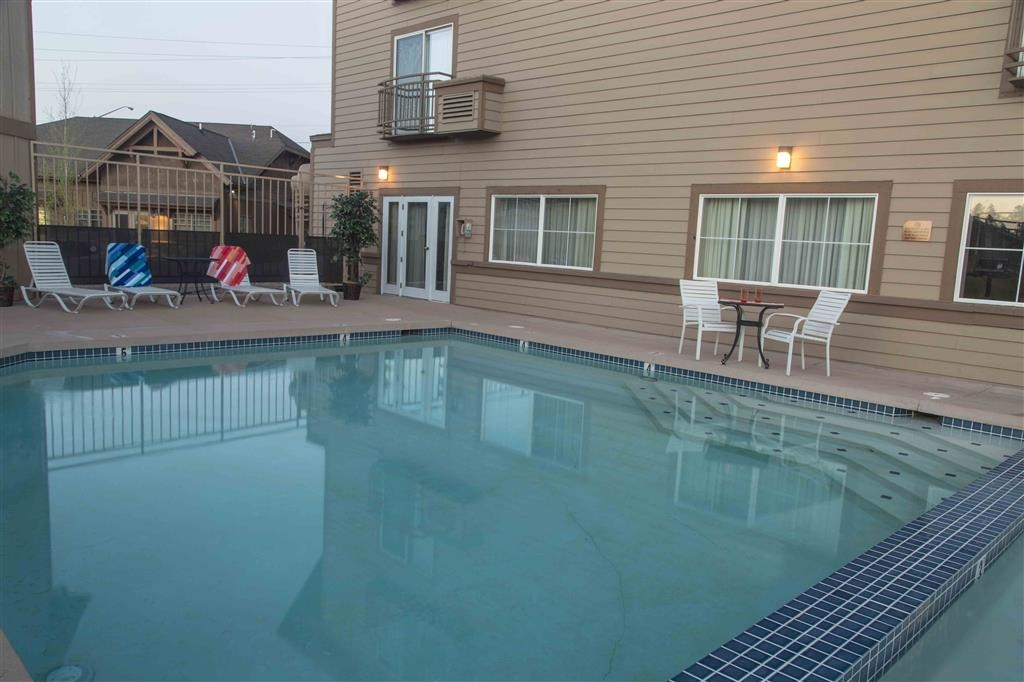 Best Western Rocky Mountain Lodge - Outdoor Swimming Pool