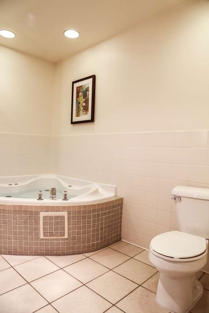 Best Western Rocky Mountain Lodge - Mini-Suite Bathroom with Jetted Tub