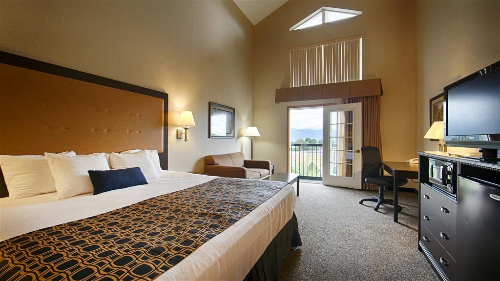 Best Western Plus Grant Creek Inn - Relax and watch the sunset from a 4th floor balcony that is featured in our king vaulted rooms.