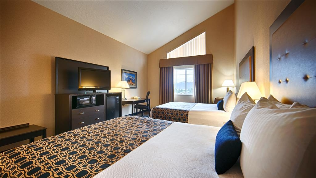 Best Western Plus Grant Creek Inn - Our two queen room with a vaulted ceiling is spacious and offers you a comfortable place to unwind.