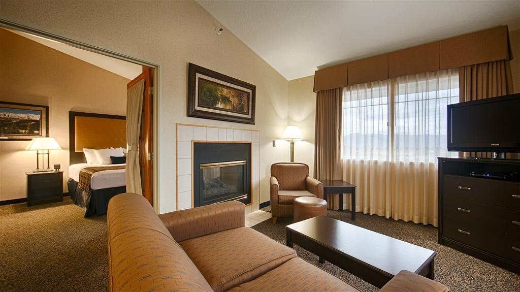 Best Western Plus Grant Creek Inn - Immediately feel at home when you walk into this king suite with a fireplace and a living room.