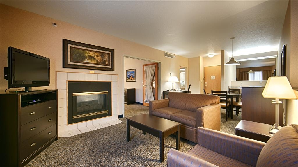 Best Western Plus Grant Creek Inn - This spacious king/queen suite offer distinct areas for sleeping, eating, and working.