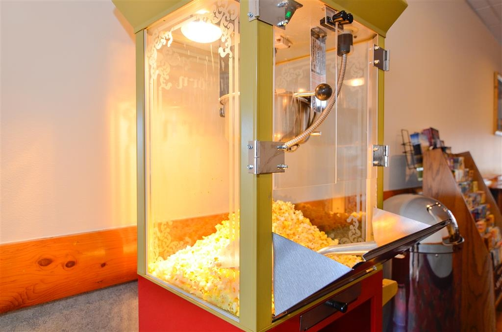 Best Western Yellowstone Crossing - Hot delicious popcorn served fresh every afternoon, so come on down to the lobby area and enjoy some.
