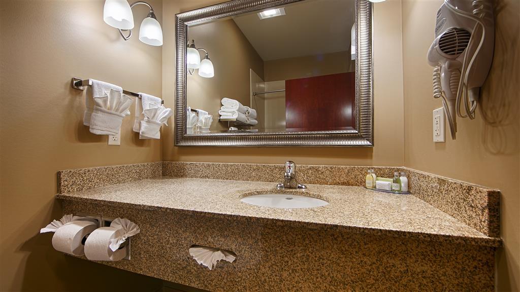 Best Western Golden Prairie Inn & Suites - Guest room bathroom