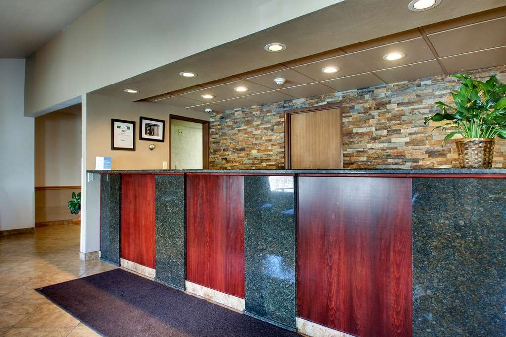 Best Western West Hills Inn - Experience exceptional customer service from our front desk staff.