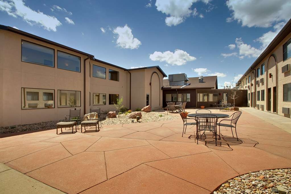 Best Western West Hills Inn - Our courtyard is perfect for gathering friends and family and is easily accessible from all areas of the hotel.