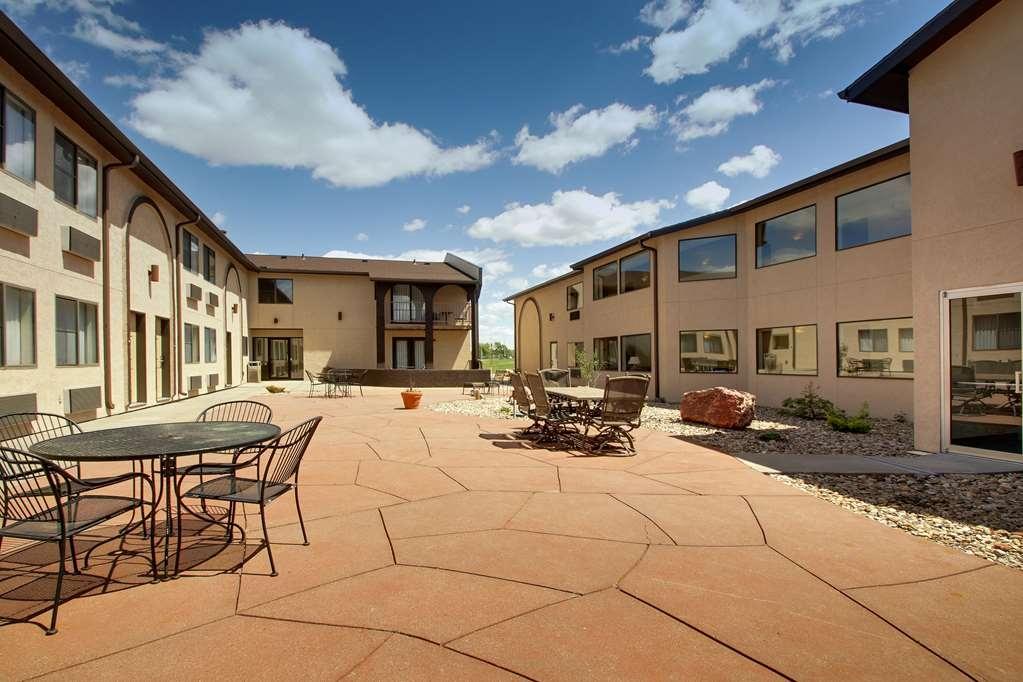 Best Western West Hills Inn - Take it easy and enjoy the beautiful Nebraska weather in our courtyard.