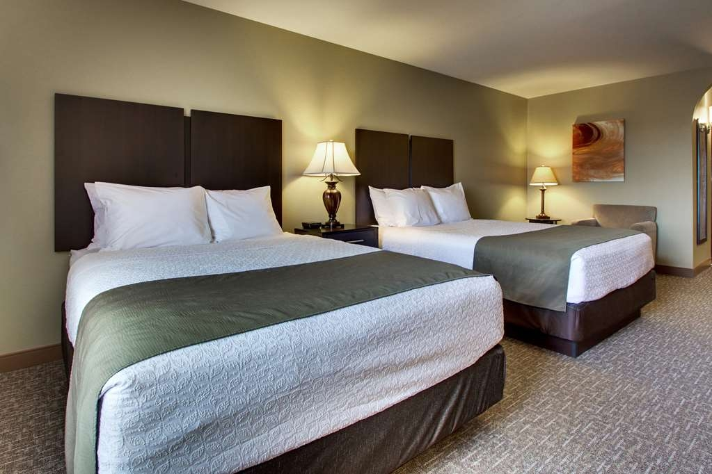 Best Western West Hills Inn - This mini-suite with two queen beds is perfect for families. The pool and hot tub are just a short walk down the hallway.