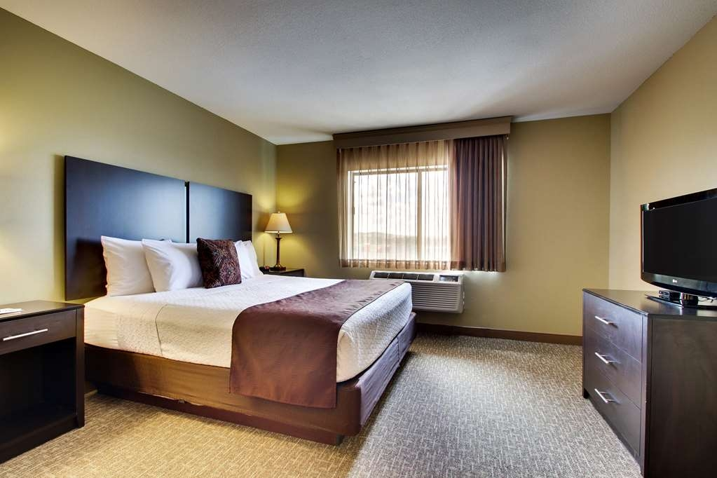Best Western West Hills Inn - Spend a relaxing night together in our king mini-suite room.