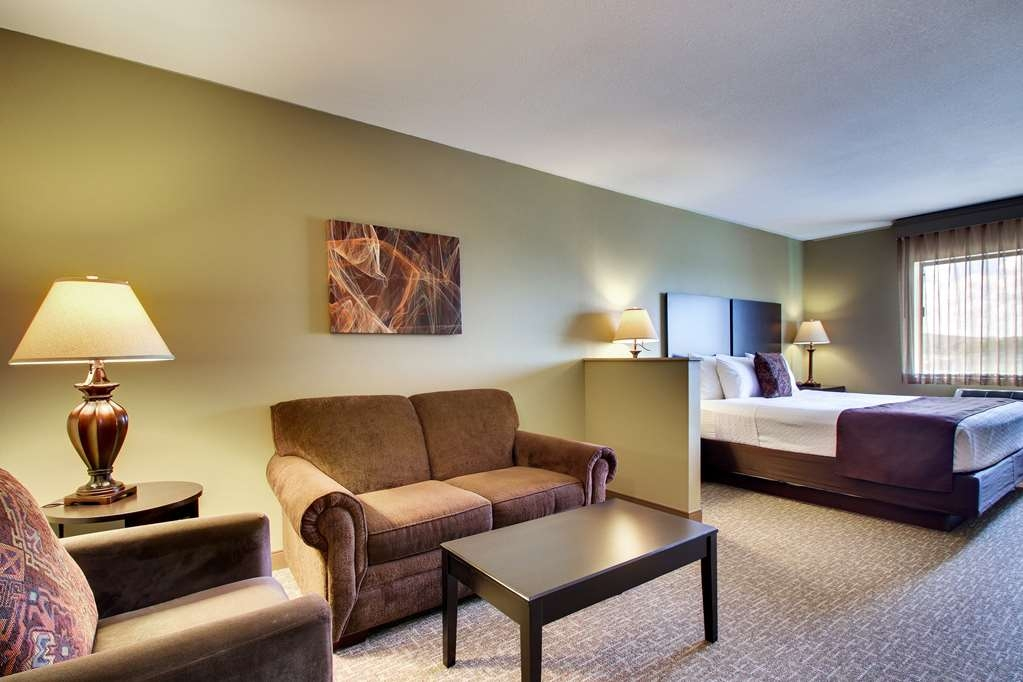 Best Western West Hills Inn - Our mini-suites with a king bed give you space to spread out and take it easy while you're in the room.