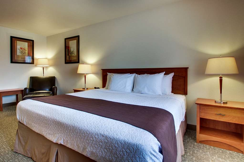 Best Western West Hills Inn - Our family suite has two bedrooms and offers privacy for both rooms with a closing door between the two.