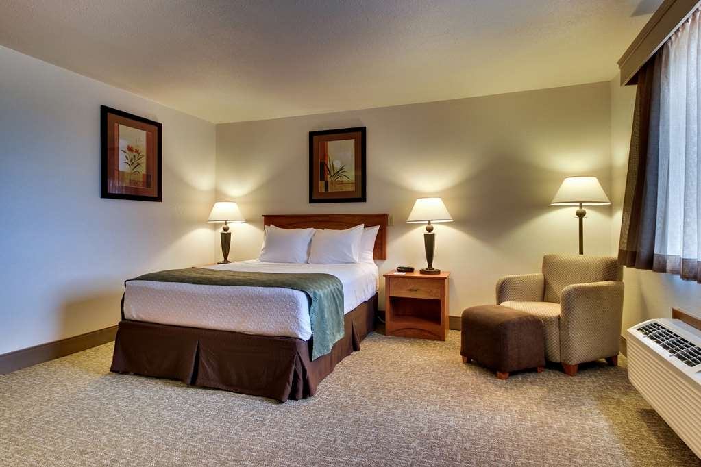 Best Western West Hills Inn - This mini-suite with one queen bed is tucked away in a quiet corner of the hotel to give you a cozy and calm night's sleep.
