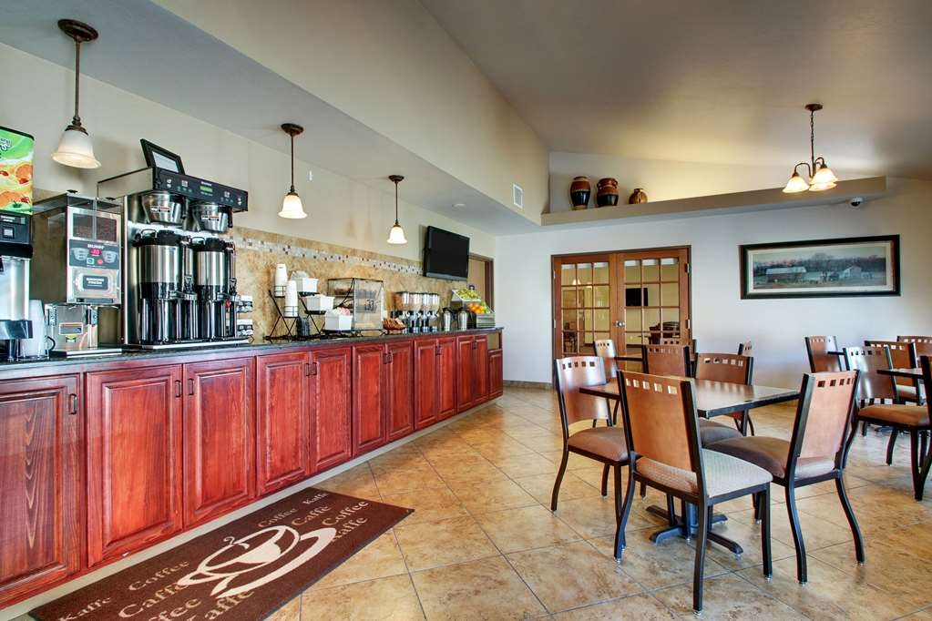 Best Western West Hills Inn - Choose from a wide selection of seating to enjoy your morning meal.