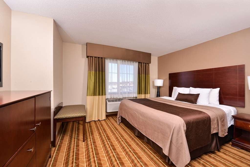 Best Western Old Mill Inn - At the end of a long day, relax in our clean, fresh One King Guest Room.