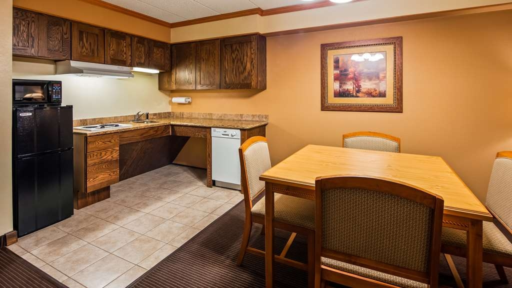 Best Western Plus Sidney Lodge - Our largest suite with a fireplace boasts plenty of room for larger groups and enough coziness to go around. Enjoy the in-room kitchenette.