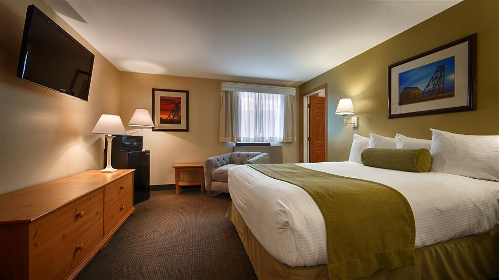 Best Western Hi-Desert Inn - Enjoy the comforts of a second room in our business suite.