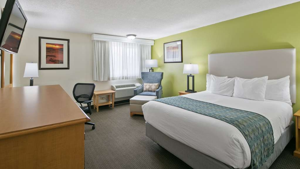 Best Western Hi-Desert Inn - Stretch out and relax in this room with one queen size bed.