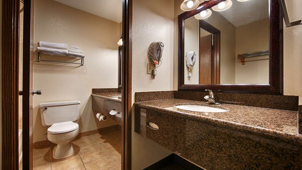 Best Western Hi-Desert Inn - Many of our spacious rooms have dual vanities which makes getting ready in the morning less stressful